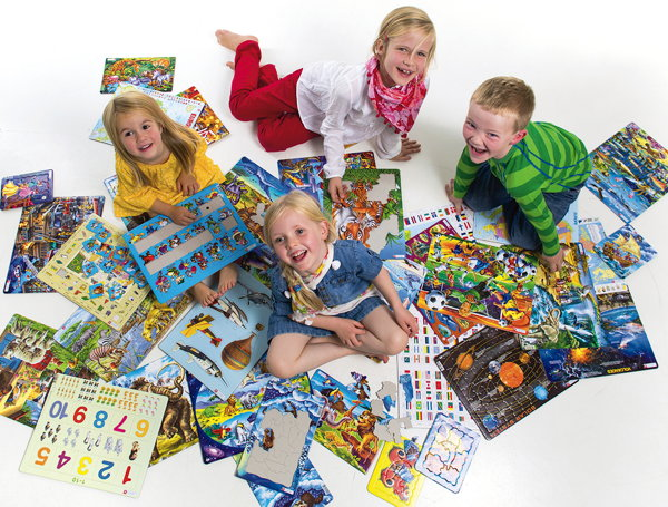 Children playing wiht puzzles